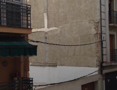 ¿De quién es la obligación de revestir un  muro que ha quedado al descubierto al derribar una casa?